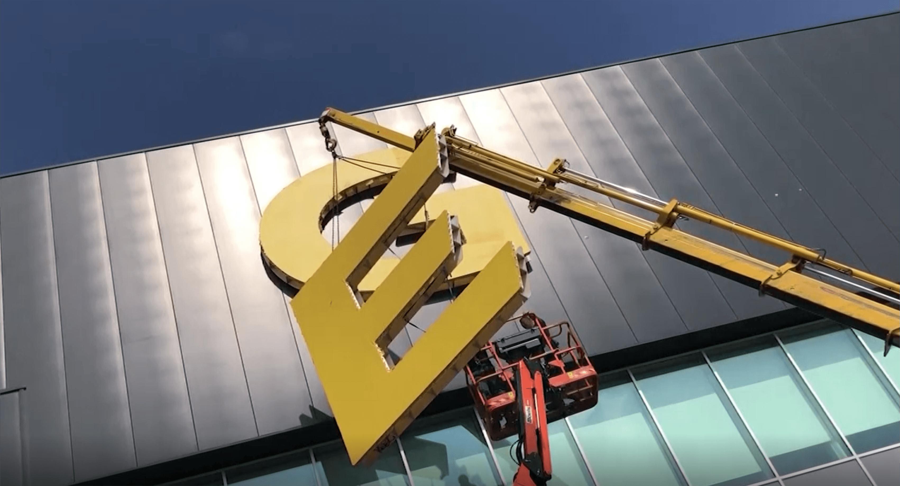Project Gefco | Plaatsen doek doos letters van 4 meter hoog op grote hoogte!